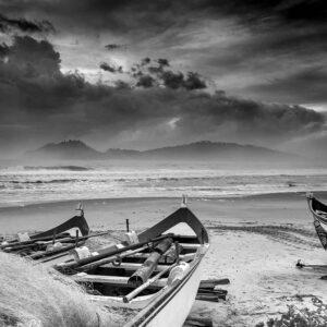 Foto preto e branco de canoas de pesca da tainha na praia do Campeche