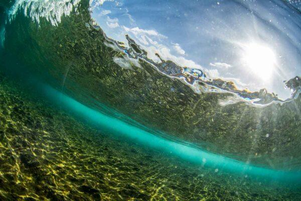 Foto de uma onda com raios de sol embaixo da água, Tenerife ilhas Canárias Espanha
