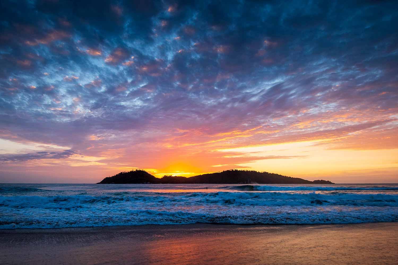 Nascer do sol em um dia de surf na praia do Campeche